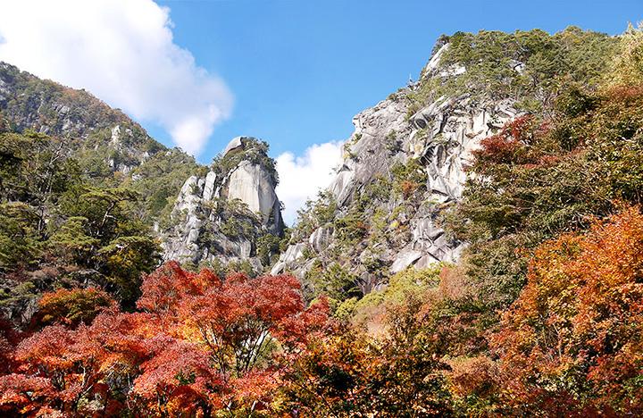 国の特別名勝に指定された渓谷に映える優美な紅葉