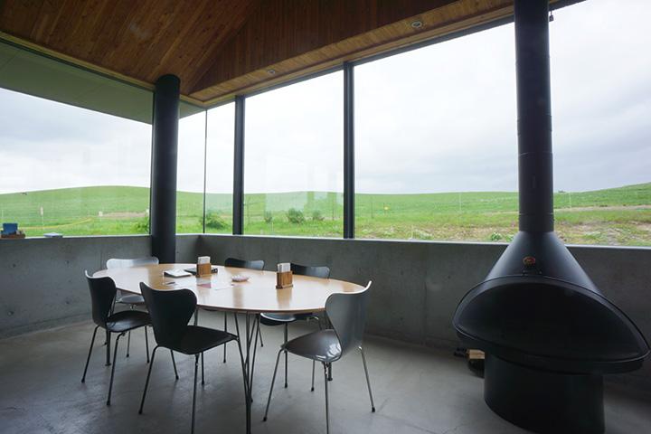 シンプルながらセンスが光るカフェ&ショップの空間。窓からは牧場を見渡せる