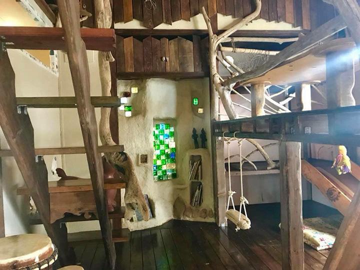 オーナー自ら手作りした店内は不思議な異空間。子どもも大人もワクワクが止まらない