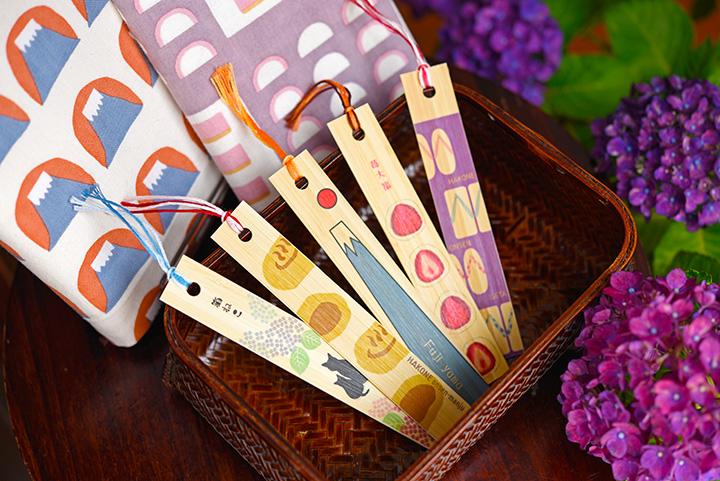 「竹しおり」1枚324円(手前)と「文庫本カバー」1枚1,080円。どちらもオリジナル商品