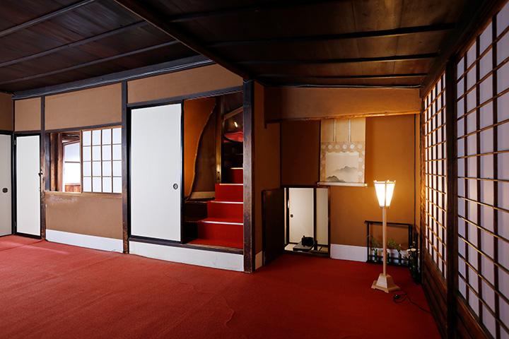 押入れの襖を開けると階段が。右の床の間は、掛け軸をめくると扉の先に茶室がある