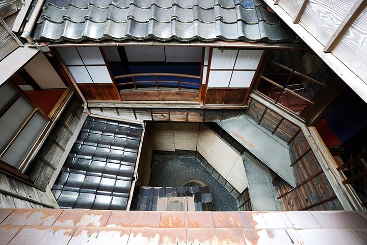 窓から中庭を見ると、複雑な構造がよくわかる。中央には井戸が