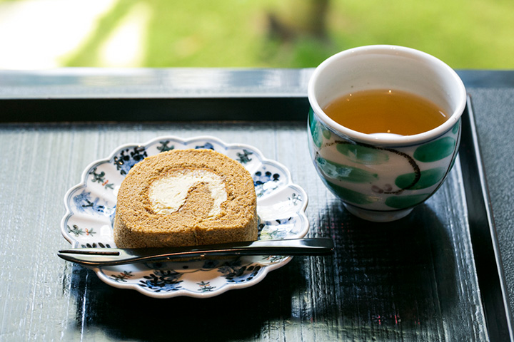 「献上加賀棒茶」と「加賀棒茶のロールケーキ」のセット500円