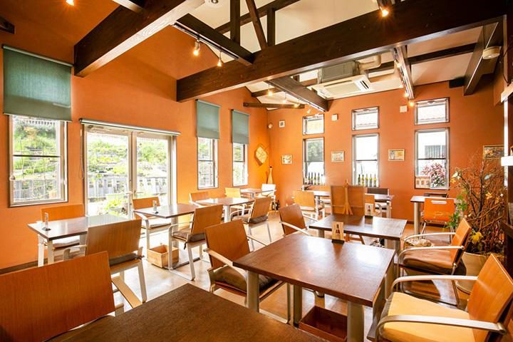 天井が高く開放的な店内。窓の外に広がる緑にも癒される
