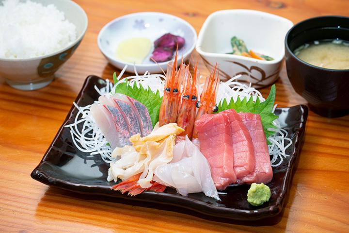 「お刺身定食」1,944円。その日におすすめの刺身5種類が味わえる