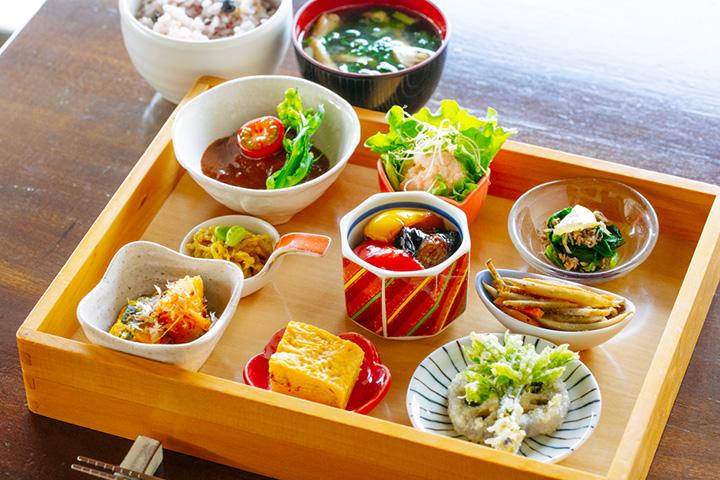 「和定食」1,080円。旬の野菜が中心の小鉢9品が付く