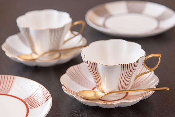 「金沢コレクション花てまりシリーズ」から「菊型碗皿」各1客9,504円、「18㎝プレート」各3,240円