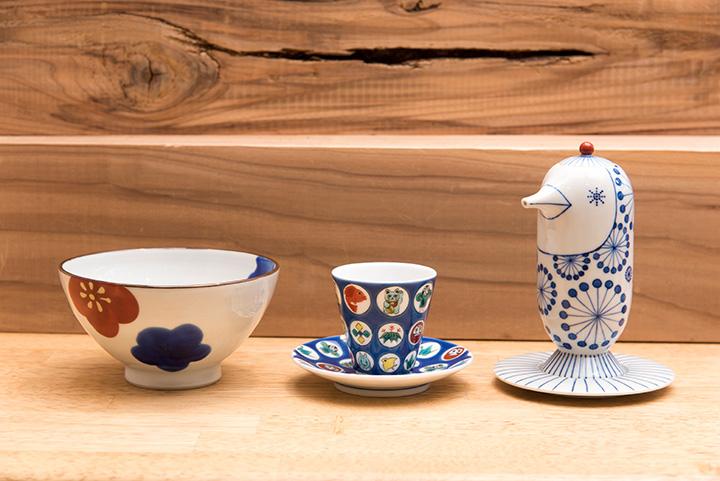 九谷焼各種。九谷焼の人気作家による「色梅飯碗」2,640円(左)など