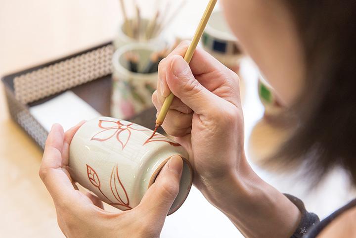「絵付体験」では、職人と同じ道具を使用。所要約1時間