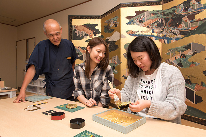 「金箔貼り体験」は1日4回開催。所要約1時間