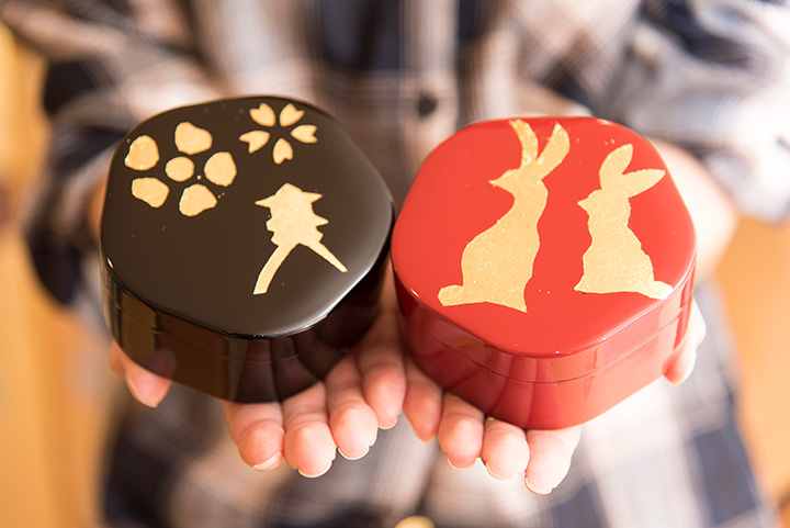 金箔貼り体験で作れる「梅 小箱」1,500円。容器の色は、赤と黒から色を選べます