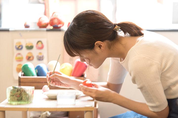 絵付け体験は水性絵の具で。1日7回開催、所要約30~40分