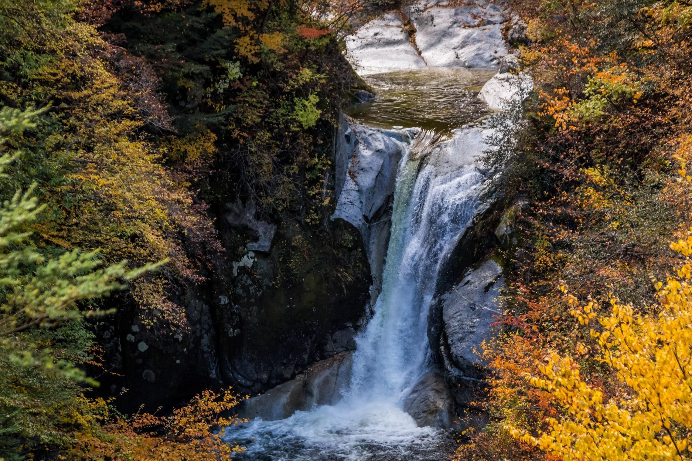 名水の里で愛でる優美な渓谷の紅葉