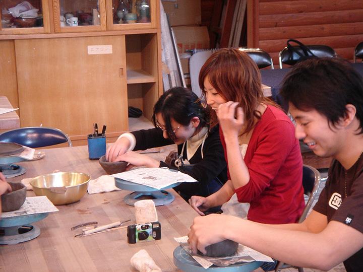 手びねりで好きな形を作る陶芸教室