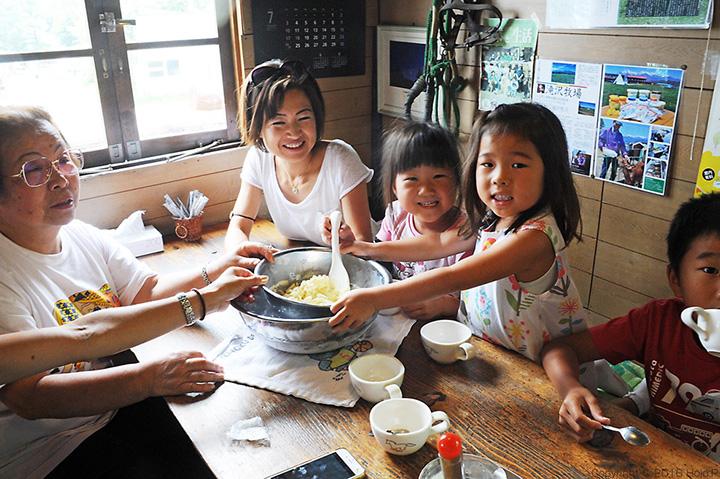 家族でのアイスクリーム作りに子どもも大喜び