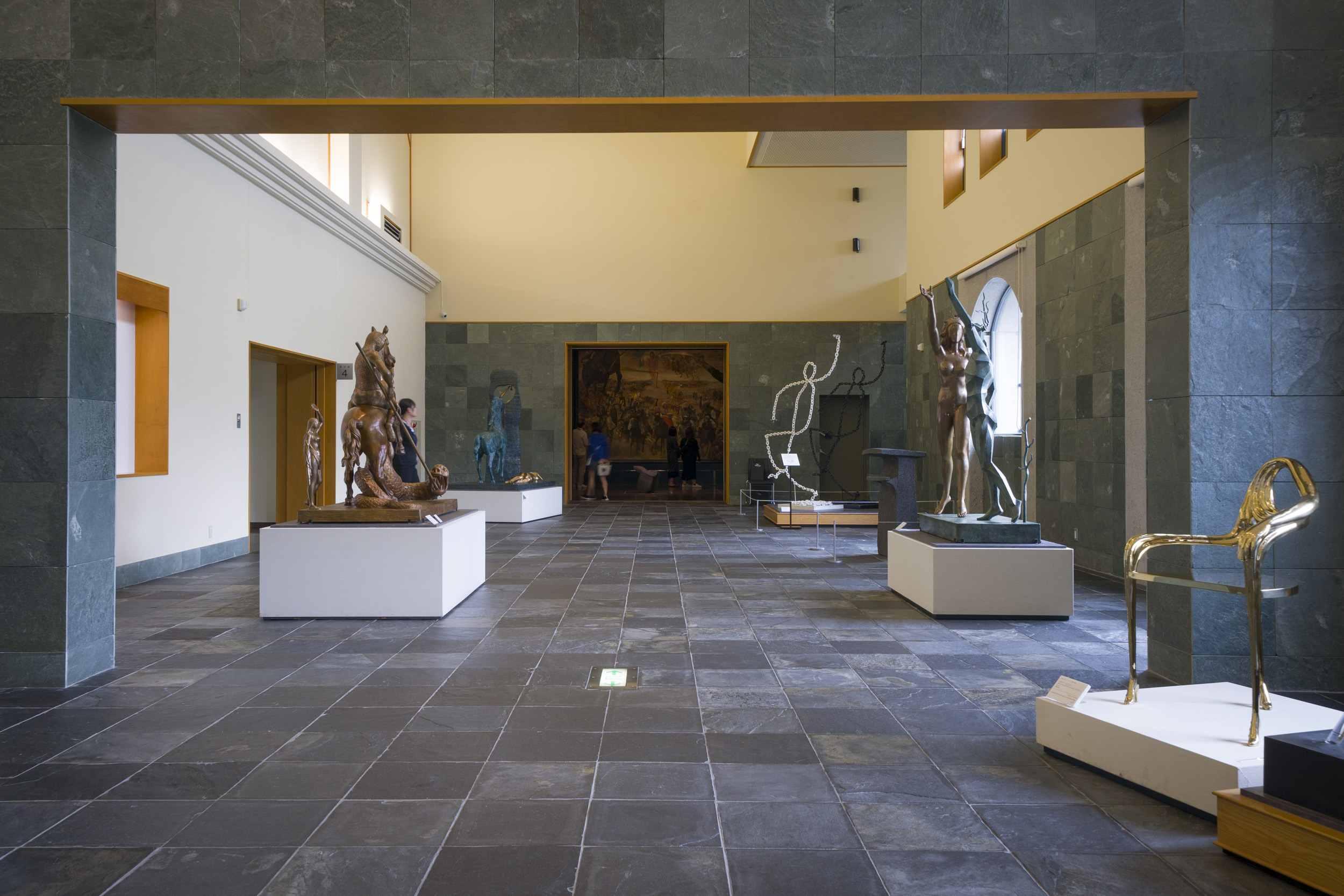 ダリの他、ポール・セザンヌやルノワール、ゴッホなどの近代絵画を所蔵