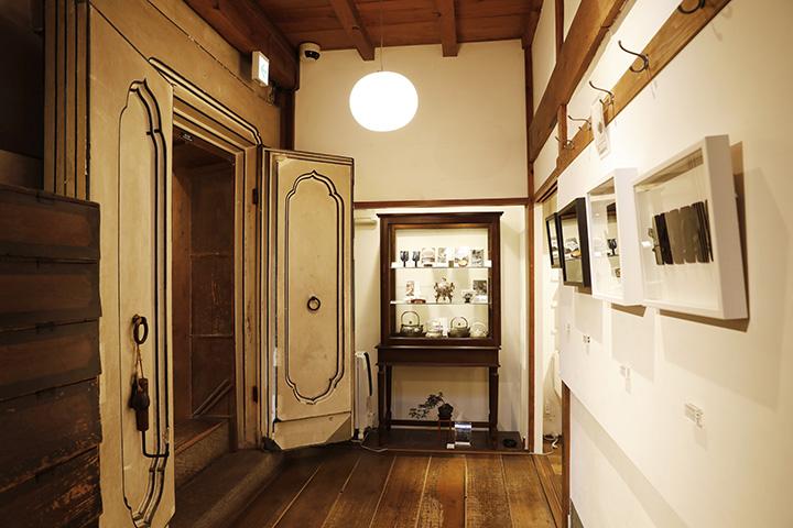 エントランスを入って左側には、明治時代の内蔵が残されている
