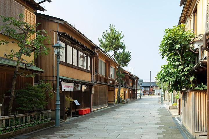 端正な出格子のお茶屋を改装した和洋菓子店も
