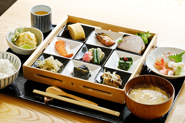 サワラの昆布締め、ハモのはさみ揚げなど、季節のお刺身と天ぷらも付いた「お昼ごはん」2,200円。この他デザートも付く