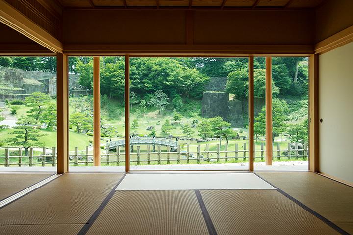 「玉泉庵」の和室から眺める美しい庭園。意匠性の高い石垣にも注目