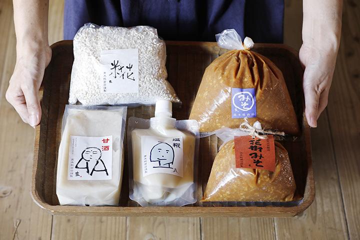 生糀(なまこうじ)は量り売りで120円(100g)、杉桶味噌1,000円(1kg)、甘酒750円(500g)など(各税別)