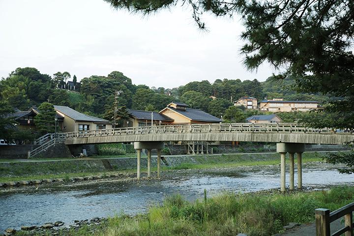 夜は幻想的にライトアップされる「梅ノ橋」。「ひがし茶屋街」側のたもとには「徳田秋聲記念館」が