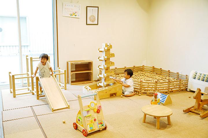 「能登ヒバ」のすべり台など、木の遊具で遊べるキッズスペース