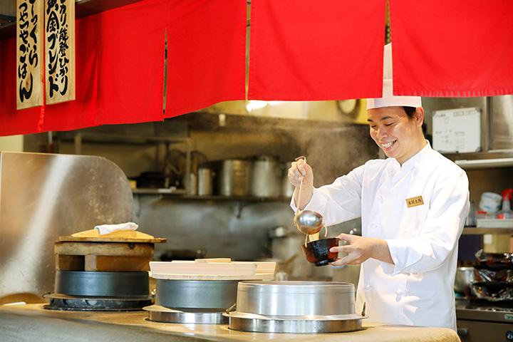 香りのいい国産ばら海苔(のり)を使った味噌汁も評判