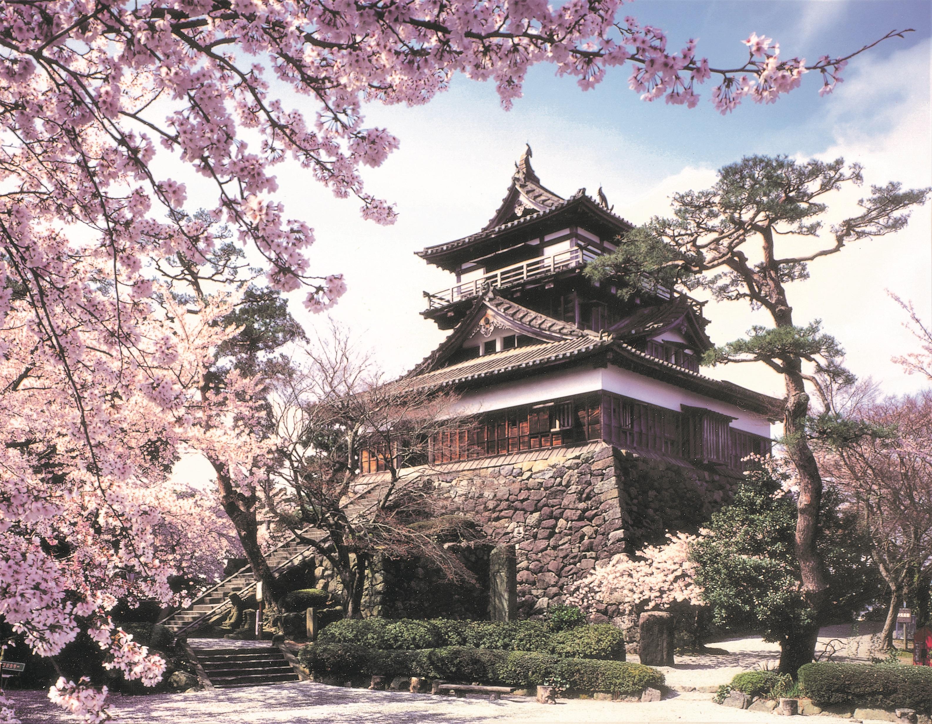 築城400年を記念して造られた日本庭園式公園があり、桜や紅葉、雪景色も見事