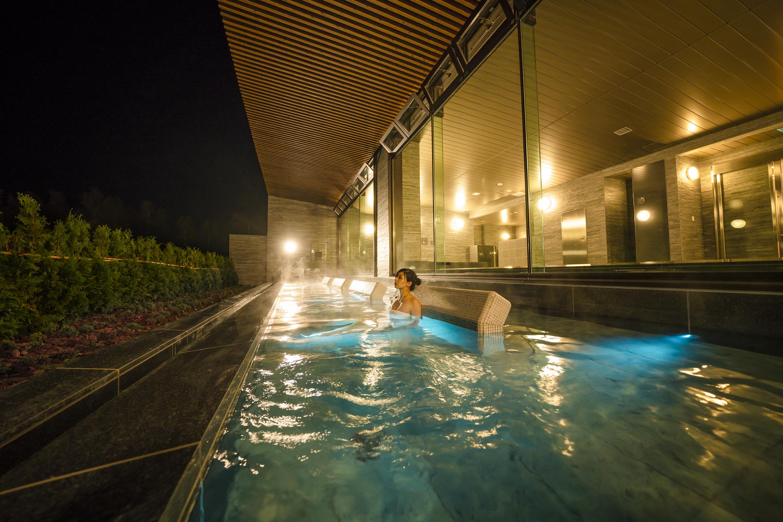 「ルスツ温泉・・ことぶきの湯」の大露天風呂。天気のいい朝などは雄大な山並みを一望できる