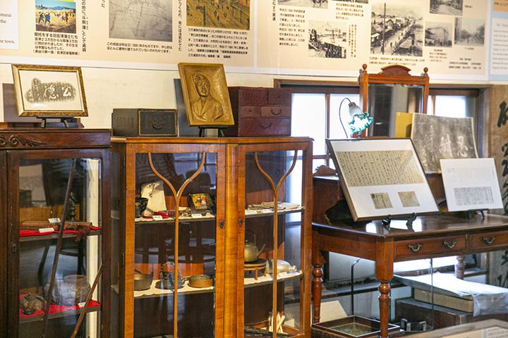 日用品から趣味の品まで、野口英世の愛用品を展示
