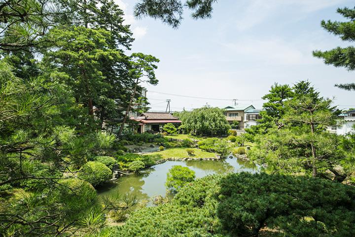 住宅街の一角に広がる回遊式庭園