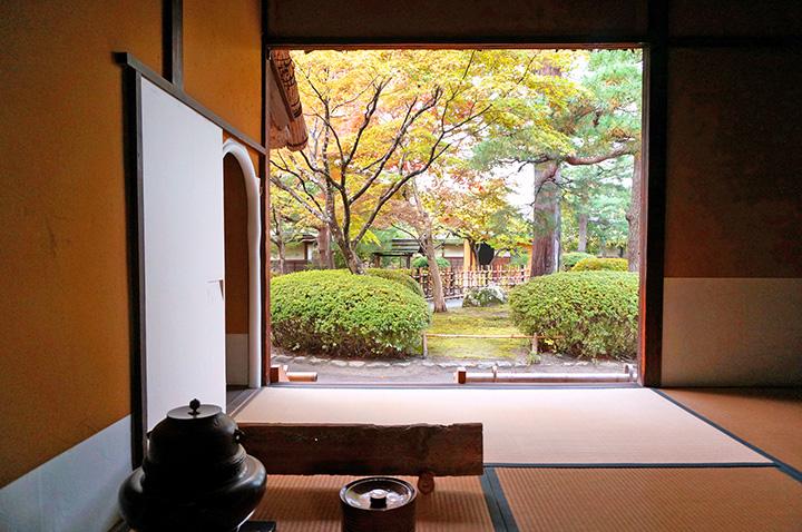 「茶室麟閣(りんかく)」の中から和の情緒あふれる庭園を眺める