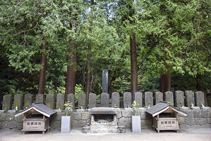飯盛山の中腹には、白虎隊十九士の墓石が並ぶ