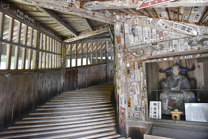 入り口にはさざえ堂を建立した郁堂(いくどう)和尚の像がある
