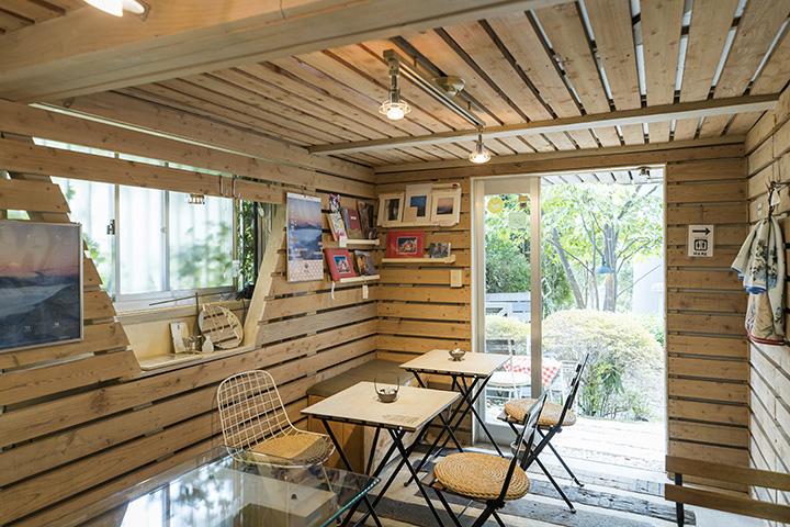 中庭に面したカフェ。美術館利用者以外も気軽に入ってお茶を楽しめる