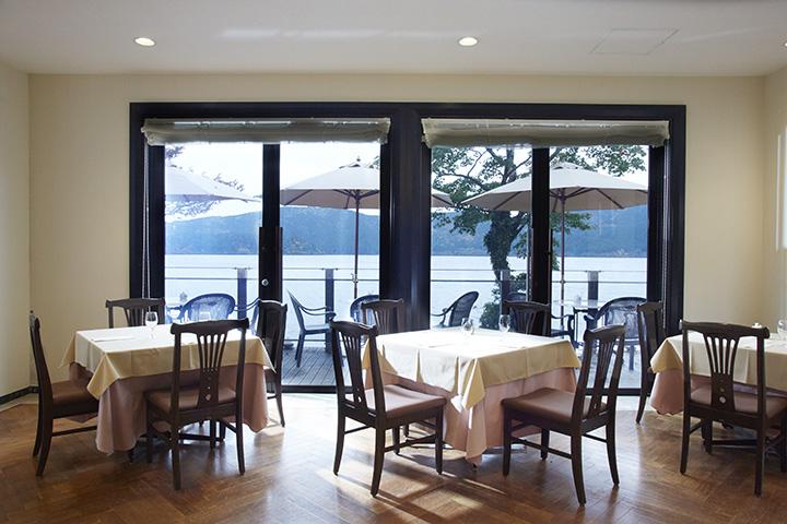 窓外には美しくきらめく芦ノ湖が一望できる