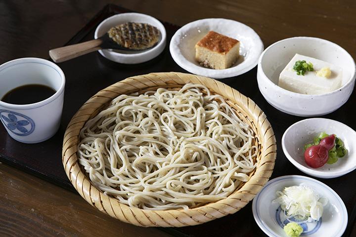 小鉢やデザート付きの「蕎麦セット」1,700円(税別