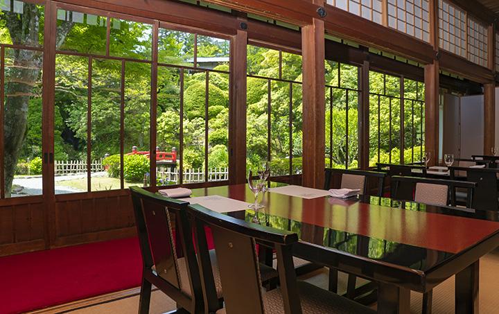 数寄屋風書院造りの「別館 菊華荘」。美しい庭が窓外に広がる