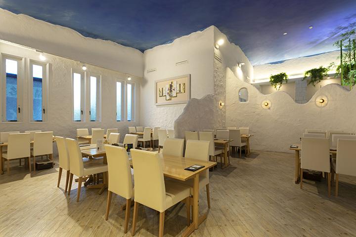 天井が高くて広々とした店内は、海外リゾートのような雰囲気