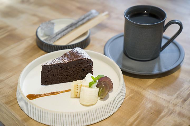 「ニーナのガトーショコラ」480円と「オリジナルブレンド珈琲」500円(各税別)