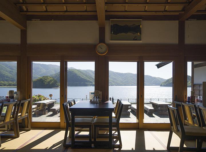 湖畔にあり、眺めの良さも魅力。外のテラス席も利用可能