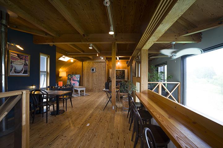 2階のカフェスペース。不定期で音楽会も開催される