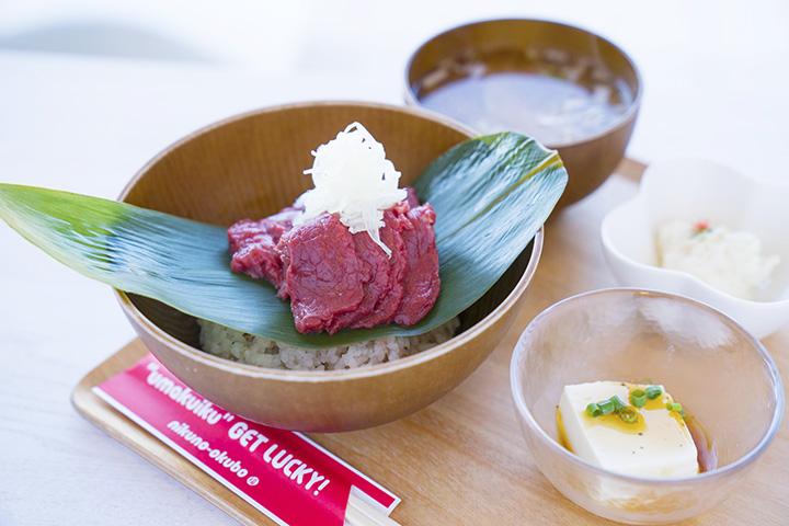 「サクラサク丼(馬刺し丼)」1,840円(桜汁・小鉢付き)