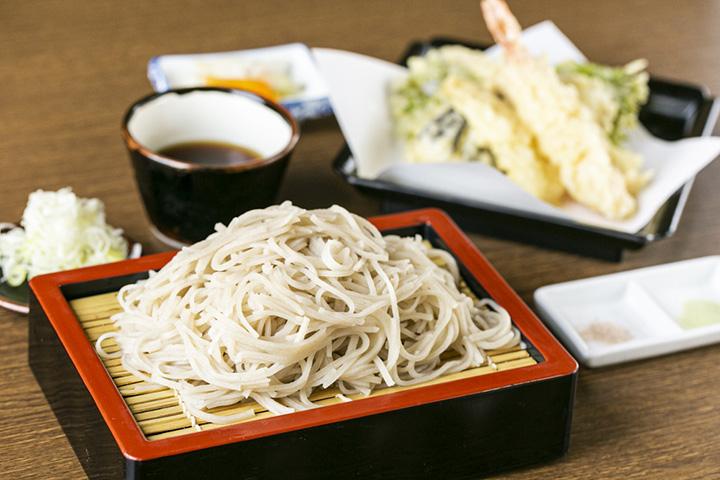 「天ざるそば」1,470円。海老と季節の野菜の天ぷらが付く