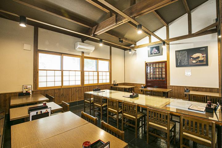 天井が高く開放的なテーブル席。製麺室も併設