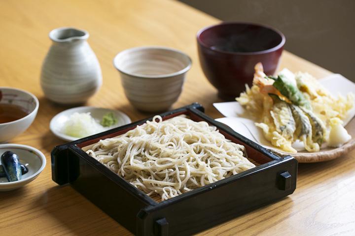 「天ざるそば上撰」2,000円。2種類のつゆと天ぷらが付く