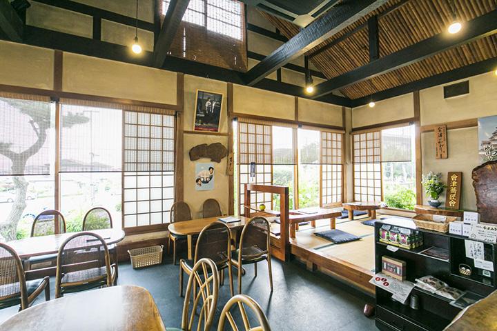 窓が多く、明るい店内。個室もある