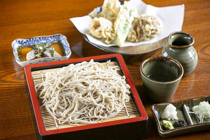 「会津の天ざる」1,870円。会津の高遠(たかとお)そばと天ぷらが楽しめる