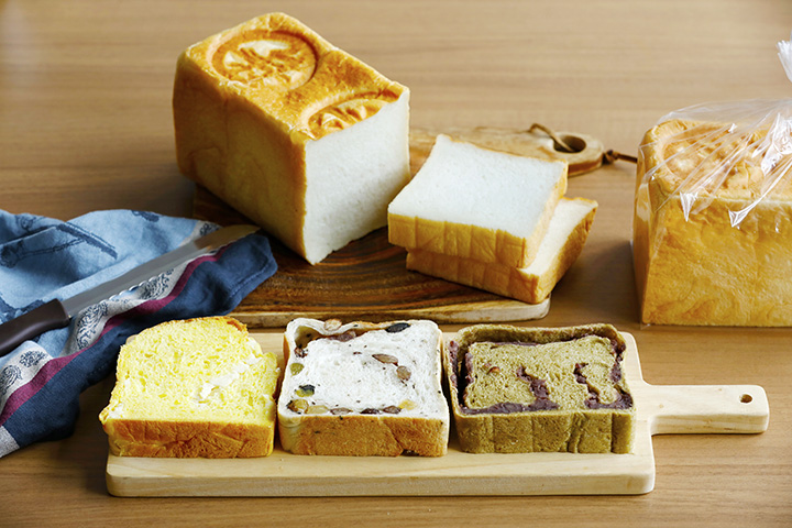 左からレアチーズとオレンジの夏限定「爽(そう)」、「まめ」、「加賀棒茶」、奥は「加賀極(かがきわみ)」